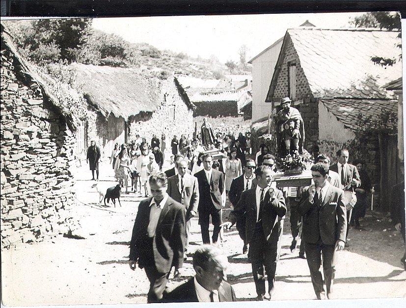 1968-Pendon-de-Villagaton-en-Procesion-De-Laura.jpg