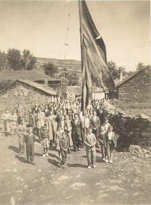Procesion-con-el-Pendon-de-Villagaton-en-la-Calle-del-palacio-de-Miguel-de-Branuelas.jpg